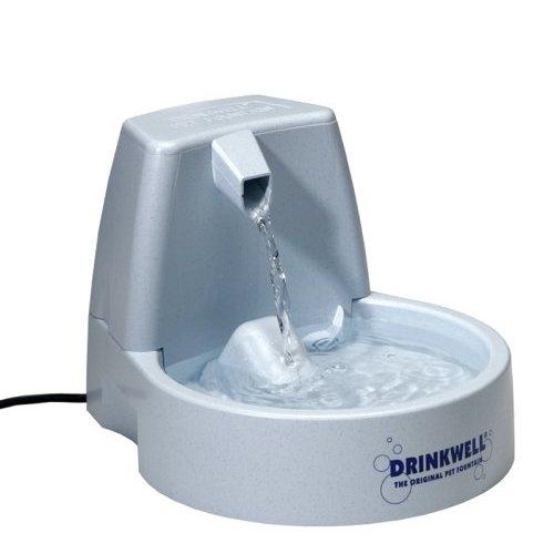 Автопоилка для животных Drinkwell Original, 1,5 л12171996Автоматическая поилка Drinkwell Original для кошек и собак, выполненная из пластика, сохраняет питьевую воду свежей, фильтрует грязь и бактерии за счет циркуляции воды через фильтр. Исследования показывают, что один из лучших способов улучшить здоровье вашего питомца - сделать так, чтобы он больше пил. Свободно падающая струя воды привлечет внимание и обеспечит питомца чистой водой, обогащенной кислородом. Автопоилка работает от сети 220В. В комплект входит инструкция по сборке и эксплуатации.