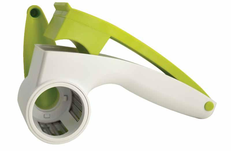 Терка роторная Regent Inox Presto93-AC-GR-101Роторная терка Regent Inox Presto позволяет приготовить стружку или крошку из твердого сыра, шоколада, орехов или чеснока. Нужно просто поместить продукт в специальный контейнер с прессом и вращать ручку. Продукт расходуется полностью, без остатков. Терка оснащена барабаном из высококачественной нержавеющей стали. Конструкция легко разбирается для полноценной очистки.Роторная терка Regent Inox Presto займет достойное место среди аксессуаров на вашей кухне. Характеристики:Материал:пластик, нержавеющая сталь. Размер терки (с учетом ручки): 20 см х 13,5 см х 8,5 см. Диаметр барабана: 4,5 см. Размер упаковки: 20,5 см х 9 см х 9 см. Производитель: Италия. Артикул: 93-AC-GR-101.