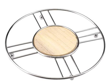 Подставка под горячее Regent Inox Trina26178Подставка под горячее Regent Inox Trina, выполненная в стильном и элегантном дизайне, идеально впишется в интерьер современной кухни. Для устойчивости на нижнюю часть прикреплены четыре маленьких шарика. Подставка изготовлена из высококачественной нержавеющей стали и дерева.Каждая хозяйка знает, что подставка под горячее - это незаменимый и очень полезный аксессуар на кухне. Ваш стол будет не только украшен оригинальной подставкой с красивым узором, но и будет защищен от воздействия высоких температур. Характеристики:Материал:нержавеющая сталь, дерево. Размер подставки:20 см х 20 см х 1 см. Размер упаковки:22,5 см х 22,5 см х 1 см. Производитель: Италия. Артикул: 93-TR-04-04.