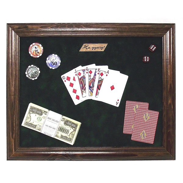 Панно Покер. 9390728907 4Настенное панно Покер, оригинальный подарочный коллаж на зеленом бархате в деревянной лакированной рамке, будет прекрасно смотреться в современном интерьере, придаст помещению атмосферу утонченности и изящества. Панно имеет верхний и нижний утяжелители, благодаря которым оно висит ровно и не заворачивается. Характеристики: Материал: дерево, пластмасса, бумага, ткань. Размер панно: 50 см х 40 см х 3 см Изготовитель: Россия. Артикул: 93907.