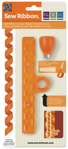 """Дырокол-шаблон We R Memory Keepers """"Зигзаг"""" выполнен из пластика оранжевого цвета с металлическими элементами и предназначен для аккуратного вырезания из ленты фигуры в виде зигзага. Такой дырокол поможет создать аппликации для декора и оформления творческих работ в различных техниках, таких как скрапбукинг, шитье, декор, изготовление бижутерии, бантиков и т.д. Дырокол разнообразит вашу работу и добавит вдохновения для новых идей."""