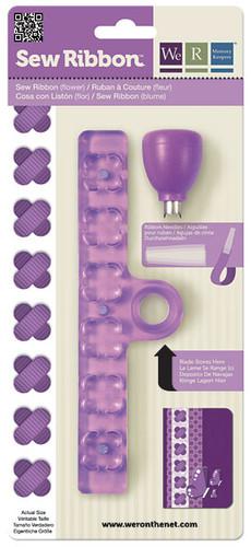 """Дырокол-шаблон We R Memory Keepers """"Цветок"""" выполнен из пластика фиолетового цвета с металлическими элементами и предназначен для аккуратного вырезания из лент фигурок в виде цветка. Такой дырокол поможет создать аппликации для декора и оформления творческих работ в различных техниках, таких как скрапбукинг, шитье, декор, изготовление бижутерии, бантиков и т.д. Дырокол разнообразит вашу работу и добавит вдохновения для новых идей."""