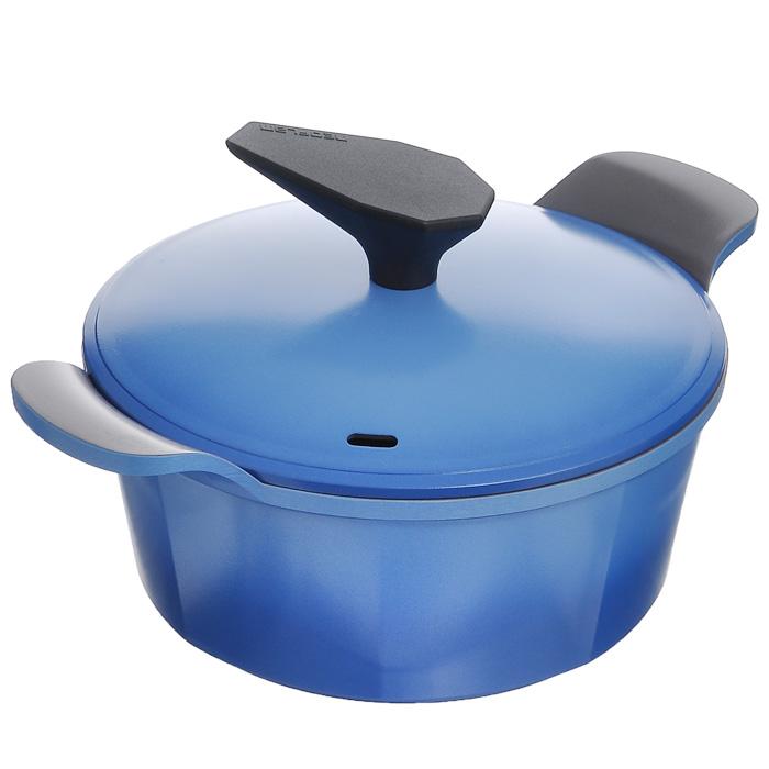 Кастрюля Frybest Azure с крышкой, цвет: голубой, серый, 2,4 л54 009312Кастрюля Frybest Azure изготовлена по новейшей технологии из литого алюминия с керамическим антипригарным покрытием Ecolon Coating, в производстве которого используются только природные материалы, безопасные для здоровья.Покрытие Ecolon Coating имеет 5 слоев: 1. Внутреннее керамическое покрытие; 2. Основное керамическое покрытие; 3. Алюминий; 4. Основное керамическое покрытие; 5. Внешнее керамическое покрытие. Особенности кастрюли Frybest Azure:- мощная основа из литого алюминия; - специальное утолщенное дно для идеальной теплопроводности; - очень быстро разогревается, экономя электроэнергию и время; - инновационное керамическое антипригарное покрытие предохраняет пищу от пригорания и позволяет готовить практически без масла; - керамика как внутри, так и снаружи. Легко готовить - легко мыть; - непревзойденная прочность и устойчивость к царапинам. Можно использовать металлические аксессуары; - слой анионов (отрицательно заряженных ионов), обладающих антибактериальными свойствами, намного дольше сохраняет приготовленную пищу свежей; - отсутствие токсичных выделений в процессе приготовления пищи благодаря экологичному покрытию, состоящему из натуральных компонентов, таких как камень и песок. При ее эксплуатации не выделяются вредные вещества PFOA & PTFE, их там просто нет. Подходит для всех типов плит, кроме индукционных. Можно мыть в посудомоечной машине. Характеристики: Материал: алюминий, керамика, пластик. Цвет: голубой, серый. Объем: 2,4 л. Внутренний диаметр кастрюли: 20 см. Высота стенки: 9 см. Толщина стенки: 0,25 см. Толщина дна: 0,4 см. Размер упаковки: 24 см х 24 см х 12 см. Артикул: AZ-20C.