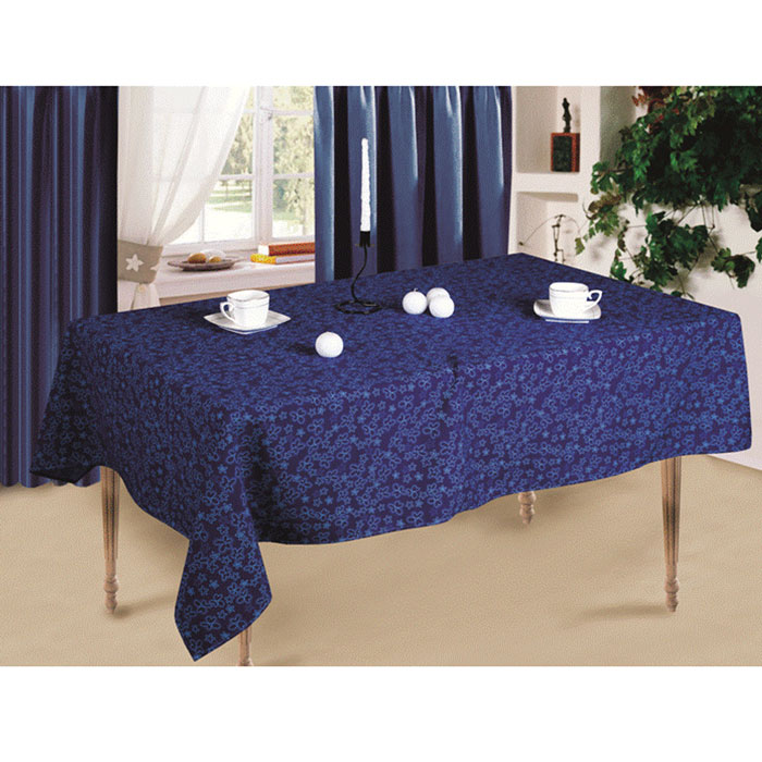 Скатерть Синие цветы, 145x 150 смVT-1520(SR)Скатерть Синие цветы выполнена из габардина синего цвета и оформлена цветочным рисунком. Такая скатерть очень прочная, легкая и не мнется. Использование такой скатерти сделает застолье более торжественным, поднимет настроение гостей и приятно удивит их вашим изысканным вкусом. Также вы можете использовать эту скатерть для повседневной трапезы, превратив каждый прием пищи в волшебный праздник. Характеристики:Материал: габардин (100% полиэстер). Размер скатерти:145 см х 150 см. Артикул:СПСЦ-145-150.