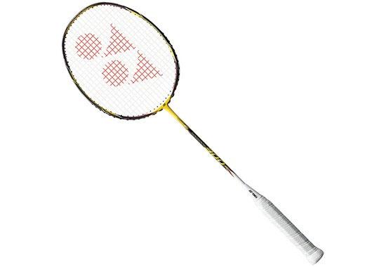 Ракетка для бадминтона Yonex NanoRay 300, цвет: желтый, черныйNR20Yonex NanoRay 300 - ракетка для любителей и экспертов. Впервые в любительских ракетках обод сделан ультратонким и легким, что позволяет достичь очень высокой скорости удара. Материал: графит.Вес: 89 г. Жесткость: мягкая. Размер ракетки: 67,5 см х 20 см х 3 см. Размер упаковки: 71 см х 25 см х 3 см.