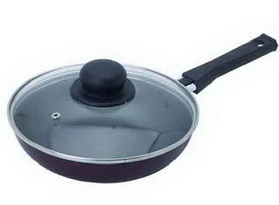 Сковорода Flonal, с крышкой. Диаметр 22 смBS2223Сковорода Flonal изготовлена из 100% пищевого алюминия с высококачественным антипригарным тефлоновым покрытием. Такое покрытие предотвращает пригорание и прилипание пищи, легко моется. Таким образом, готовить пищу можно с минимальным количеством масла. Покрытие экологически безопасно, не содержит вредных примесей PFOA.Алюминиевая нескользящая основа сковороды обеспечивает быстрый и равномерный нагрев, что сохраняет пищевую ценность продуктов. Сковорода оснащена удобной ненагревающейся ручкой из бакелита и стеклянной прозрачной крышкой с пароотводом. Не рекомендуется использование острых и металлических аксессуаров.Изделие можно использовать на всех видах плит, кроме индукционных. Можно мыть в посудомоечной машине. Характеристики: Материал: алюминий, бакелит, стекло. Диаметр сковороды: 22 см Высота стенок: 4,3 см. Толщина стенок: 0,2 см. Толщина дна: 0,25 см. Диаметр диска: 15,5 см. Длина ручки: 15 см. Артикул: BS2223.