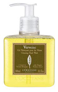 Очищающий гель для рук LOccitane Вербена, 300 млFS-00897Очищающий гель LOccitane Вербена мягко и эффективно очищает кожу рук, не вызывая ощущения сухости. Искрящийся аромат цитрусовой кожуры и удобный дозатор делают его незаменимым в Вашей ванной и на кухне. Характеристики:Объем: 300 мл. Производитель:Франция. Артикул: 153123. Loccitane (Л окситан) - натуральная косметика с юга Франции, основатель которой Оливье Боссан. Название Loccitane происходит от названия старинной провинции - Окситании. Это также подчеркивает идею кампании - сочетании традиций и компонентов из Средиземноморья в средствах по уходу за кожей и для дома. LOccitane использует для производства косметических средств натуральные продукты: лаванду, оливки, тростниковый сахар, мед, миндаль, экстракты винограда и белого чая, эфирные масла розы, апельсина, морская соль также идет в дело. Специалисты компании с особой тщательностью отбирают сырье. Учитывается множество факторов, от места и условий выращивания сырья до времени и технологии сборки. Товар сертифицирован.