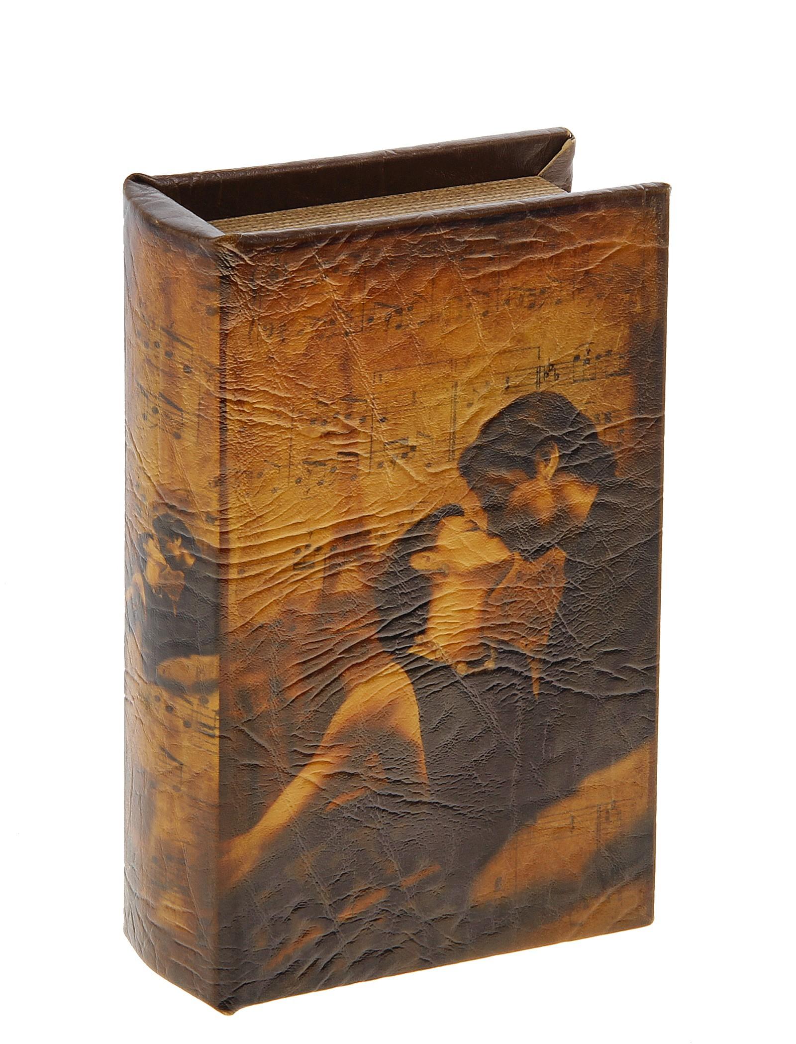Шкатулка-книга Поцелуй. 44417239735Оригинальное оформление шкатулки, несомненно, привлечет внимание. Шкатулка Поцелуй изготовлена в виде книги, поверхность которой выполнена из кожзама и оформлена изображением молодой влюблённой пары.Такая шкатулка может использоваться для хранения бижутерии, в качестве украшения интерьера, а также послужит хорошим подарком для человека, ценящего практичные и оригинальные вещи. Характеристики:Материал: дерево, кожзам. Цвет: коричневый. Размер шкатулки (в закрытом виде): 17 см х 11 см х 5 см. Размер упаковки: 18 см х 12 см х 6 см. Артикул: 444172.