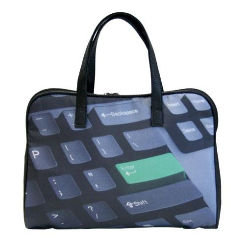 Сумка Antan Enter, цвет: черный. 3-37S76245Стильная сумка Antan Enter выполнена из полиэстера черного цвета и оформлена изображением клавиатуры. Сумка имеет одно вместительное отделение, которое закрывается на пластиковую застежку-молнию с двумя бегунками. Внутри расположены два нашивных кармана. Сумка оснащена двумя удобными ручками из искусственной кожи. Вместительная и удобная, такая сумка не только поможет уместить все необходимые вещи, но и станет стильным аксессуаром, который идеально дополнит ваш неповторимый образ. Характеристики:Материал: полиэстер, искусственная кожа, металл, пластик. Цвет: черный. Размер сумки: 36 см х 26 см х 7 см. Высота ручек: 21 см. Артикул: 3-37.