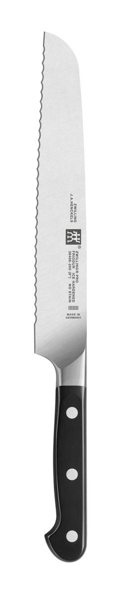 Нож хлебный 200 мм Zwilling ProВ2ВСК20Изготовлен из высококачественной нержавеющей стали, рукоятка покрыта пластиком. Применяется для нарезки хлеба. Мыть теплой водой с применением жидкого моющего средства, вытирать насухо. Использовать специальную разделочную поверхность (деревянную или пластиковую). Использовать только по назначению! Не использовать в качестве открывалки или отвертки, не ронять на пол, не класть на горячие конфорки и иные источники интенсивного тепла, не резать замороженные продукты.Хранить в недоступном для детей месте.Изготовитель: Цвиллинг Джей.Эй. Хенкельс АГ, Грюневальдер Штр., 14-22 Д-42657 Золинген, Германия (Zwilling J.A. Henckels AG, Grunewalder Str.14-22 D-42657 Solingen Germany) Характеристики: Материал: нержавеющая сталь.Артикул: 38406-201.