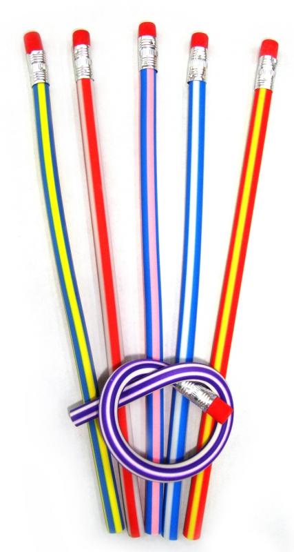 Набор гибких карандашей Leilei, с ластиками, 30 см, 6 шт3555/36 8 KSНабор Leilei состоит из 6 гибких простых карандашей, выполненных из мягкого пластика. Карандаши оформлены разноцветными вертикальными полосками и оснащены ластиками. Эти удивительные карандаши настолько эластичные, что их можно завязать в узел. Их невозможно сломать, а наточить можно в обычной точилке. Кроме того, писать ими так же удобно, как и обычными карандашами. Забавный и практичный подарок коллеге или другу - эти карандаши не потеряются среди бумаг и долгое время будут вызывать улыбку окружающих. Характеристики:Материал: пластик. Длина карандаша: 30 см. Комплектация: 6 шт. Размер упаковки: 4,5 см х 34 см х 0,5 см. Артикул: 002905.