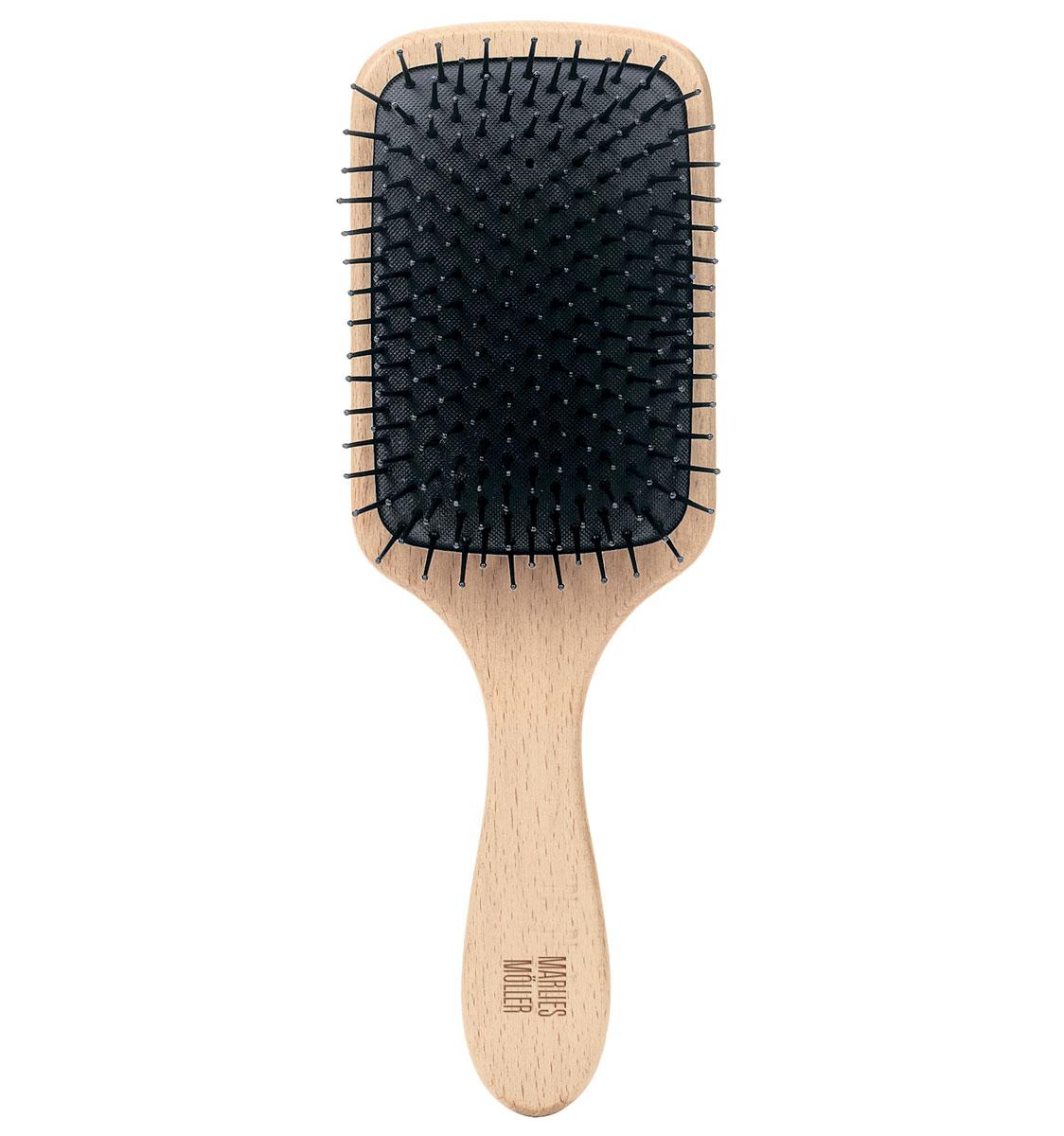 Marlies Moller Щетка массажная для волос, большаяCF5512F4Щетка называется - профессиональный массаж. Она прекрасно массирует и оживляет кожу головы. Усиливает кровообращение, следовательно, стимулирует рост сильных и здоровых волос. Причем, не нужно делать массаж в 4-х направлениях (экономит время). Просто приложите щетку к правому виску и двигайтесь, совершая мягкие массажные движения, по направлению к затылку. Повторяйте этот простой, но эффективный массаж, завершите, когда достигните левого виска. От уха до уха максимум 3 раза. Щетка подходит для чувствительной кожи головы, мягкая амортизация благодаря подушке из естественного каучука. Бережно распутывает влажные волосы. Идеальна даже для влажных длинных волос.Приложите щетку к правому виску и двигайтесь, совершая мягкие массажные движения, по направлению к затылку. Повторяйте этот простой, но эффективный массаж, завершите, когда достигните левого виска