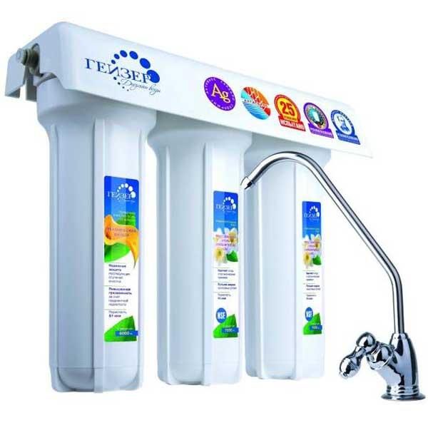 Трехступенчатый фильтр для очистки жесткой воды Гейзер 3 ИВЖ Люкс3520Трехступенчатый фильтр для очистки воды с повышенным содержанием солей жесткости. Признаки жесткой воды: накипь белого цвета в чайнике, белый налет на сантехнике, пленка в чае. Самая совершенная и оптимальная система очистки воды для каждого дома. Позволяет получать неограниченное количество воды питьевого класса из отдельного крана чистой воды. Уникальная защита вашей семьи от любых загрязнений, какие могут попасть в водопровод, включая прорыв канализационных стоков и радиационное заражение. Гейзер 3 - это один из лучших фильтров на российском рынке, фильтр с оптимальным сочетанием цена/качество/удобство использования. Способы очистки: Механическая фильтрация - осуществляется на поверхности Арагона. В зависимости от условий применения, Арагон производится с пористостью от 0,01 до 2,00 мкм, что позволяет отфильтровать даже очень мелкие примеси. Ионный обмен - ионообменные свойства Арагона позволяют извлекать из воды железо, соли жидкости, ионы тяжелых металлов, алюминий, радиоактивные элементы и производить регенерацию (восстанавливать фильтрующие свойства), что значительно снижает затраты на очистку воды. Сорбция - сорбционная способность Арагона сравнима с лучшими марками активированного угля и обеспечивает эффективную очистку от хлора и органических соединений. Кроме того, Арагон качественно улучшает вкус очищенной воды, устраняет посторонние запахи и делает воду абсолютно прозрачной. Состав картриджей фильтра: 1-я ступень очистки (картридж PP 5 мкр). Ресурс 20000 литров. 2-я ступень очистки (картридж Арагон 2). Ресурс до 7000 литров. 3-я ступень очистки (картридж СВС). Ресурс 7000 литров. Назначение картриджей: 1-я ступень (картридж PP 5 мкр.).Механическая фильтрация. Эти картриджи применяются в бытовых фильтрах для очистки воды от грязи, взвешенных частиц и нерастворимых примесей. Этот недорогой картридж первым принимает удар на себя и защищает последующие ступени системы очистки воды от быстр