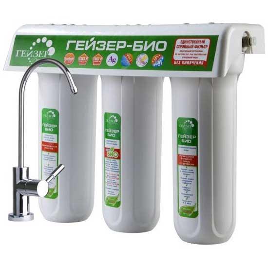 Трехступенчатый фильтр для очистки жесткой воды Гейзер Био-32168/5/3Трехступенчатый фильтр для очистки воды с повышенным содержанием солей жесткости. Признаки жесткой воды: накипь белого цвета в чайнике, белый налет на сантехнике, пленка в чае. Самая совершенная и оптимальная система очистки воды для каждого дома. Позволяет получать неограниченное количество воды питьевого класса из отдельного крана чистой воды. Уникальная защита вашей семьи от любых загрязнений, какие могут попасть в водопровод, включая прорыв канализационных стоков и радиационное заражение. Гейзер 3 - это один из лучших фильтров на российском рынке, фильтр с оптимальным сочетанием цена/качество/удобство использования. 100% защита от вирусов и бактерий, подтвержденная сертификатом по системе ГОСТ Р и заключением Федеральной службы по надзору в сфере защиты прав потребителя и благополучия человека. Фильтр рекомендован для доочистки и дообеззараживания водопроводной воды ФГБУ НИИ Экологии Человека и Гигиены Окружающей Среды им. А.Н. Сысина Минздравсоцразвития России. При очистке воды фильтром наблюдается эффект квазиумягчения: при снижении накипи не удаляются полезные элементы кальций и магний. Подтверждено Венским государственным университетом (Австрия), Ведущей организацией по разборке стандартов питьевой воды Welthy Corp (Япония). Активное серебро для подавления роста отфильтрованных бактерий. Уникальная система Антисброс: в процессе очистки воды гарантирована защита от проникновения в очищенную воду ранее отфильтрованных примесей. В моделях фильтров используется технологии, подтвержденные более 20-ти патентами. Состав картриджей фильтра: 1-я ступень очистки (картридж PP 5 мкр). Ресурс 20000 литров. 2-я ступень очистки (картридж Арагон Ж Био). Ресурс 7000 литров. 3-я ступень очистки (картридж ММВ). Ресурс 10000 литров. Назначение картриджей:1-я ступень (картридж PP 5 мкр.). Механическая фильтрация. Эти картриджи применяются в бытовых фильтрах для очистки воды от грязи, взвешенных частиц и нераство