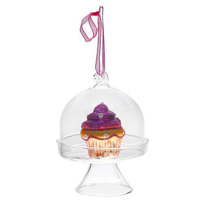 Новогоднее подвесное украшение Пирожное, цвет: фиолетовый. 31190NLED-454-9W-BKОригинальное новогоднее украшение «Пирожное» отлично подойдет для праздничного декора вашего дома и новогодней ели. Украшение выполнено из стекла в виде подноса с фигуркой пирожного внутри. С помощью текстильной ленточки украшение можно повесить в любом понравившемся вам месте. Но, конечно, удачнее всего такая игрушка будет смотреться на праздничной елке.Елочная игрушка - символ Нового года. Она несет в себе волшебство и красоту праздника. Создайте в своем доме атмосферу веселья и радости, украшая новогоднюю елку нарядными игрушками, которые будут из года в год накапливать теплоту воспоминаний. Коллекция декоративных украшений из серии Magic Time принесет в ваш дом ни с чем несравнимое ощущение волшебства! Характеристики:Материал: стекло, блестки, текстиль. Цвет: фиолетовый. Высота игрушки: 9 см. Размер упаковки: 7,5 см х 7,5 см х 9,5 см. Артикул: 31190.