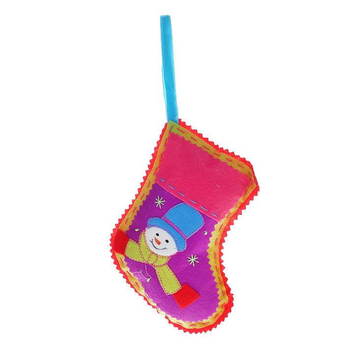 Новогоднее подвесное украшение Носок, цвет: красный. 25341C0042416Оригинальное новогоднее украшение «Носок» отлично подойдет для праздничного декора вашего дома и новогодней ели. Украшение выполнено из полиэстера в виде рождественского носка и оформлено изображением снеговика. С помощью специальной петельки украшение можно повесить в любом понравившемся вам месте. Но, конечно, удачнее всего такая игрушка будет смотреться на праздничной елке.Елочная игрушка - символ Нового года. Она несет в себе волшебство и красоту праздника. Создайте в своем доме атмосферу веселья и радости, украшая новогоднюю елку нарядными игрушками, которые будут из года в год накапливать теплоту воспоминаний. Коллекция декоративных украшений из серии Magic Time принесет в ваш дом ни с чем несравнимое ощущение волшебства! Характеристики:Материал: полиэстер. Цвет: красный. Размер игрушки: 13,5 см х 17 см. Артикул: 25341.