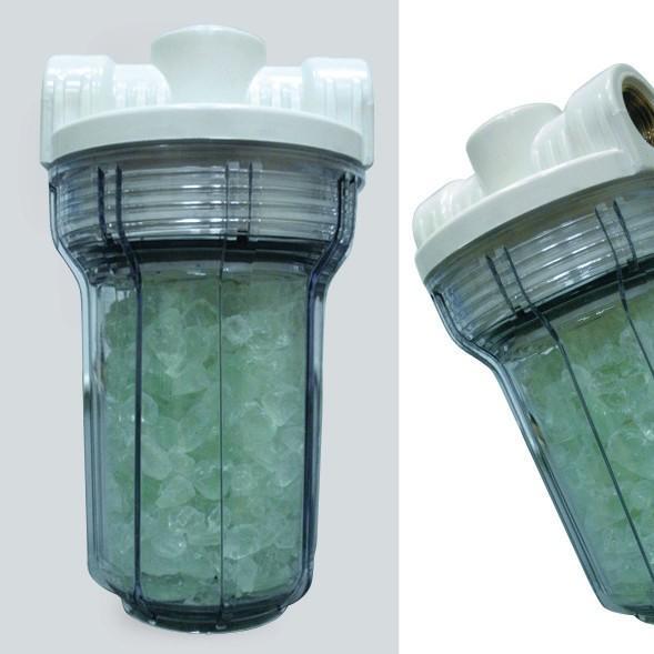 """Фильтр против накипи Гейзер 1ПФД для бойлеров, 1 шт32072Фильтр Гейзер 1ПФД.С засыпкой из полифосфата.Используется для защиты нагревательных элементов стиральных, посудомоечных машин, водонагревателей и бойлеров от накипи и коррозии.Применяется для воды, используемой в технических целях (можно мыть посуду, стирать белье, принимать душ). Фильтр Гейзер 1ПФД обеспечивает бережную стирку (белье становится мягче без применения специальных моющих средств). Фильтр изготовлен из прочного пластика и легко устанавливается на магистраль холодной воды. Прозрачный корпус позволяет контролировать работоспособность системы. При растворении полифосфата более чем на половину необходимо заменить наполнитель. Не использовать для питьевой воды!Дополнительная информация:Температура очищаемой воды до 40°СПроизводительность — до 6 л/минСредний срок службы одного объема засыпки 6 месяцев (в зависимости от содержания солей жесткости и расхода воды)Стандарт 5SL""""Присоединительный размер 1/2""""Гарантия 1 год"""