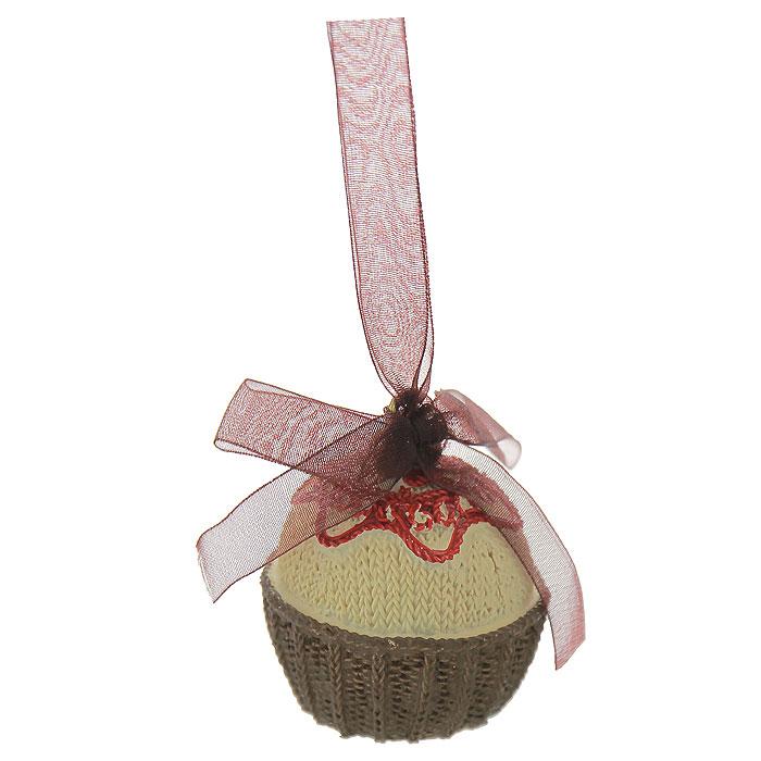 Новогоднее подвесное украшение Пирожное. 25950C0042416Изящное новогоднее украшение выполнено из полирезины в виде пирожного. С помощью специальной текстильной ленточки украшение можно повесить в любом понравившемся вам месте. Но, конечно, удачнее всего такая игрушка будет смотреться на праздничной елке.Новогодние украшения приносят в дом волшебство и ощущение праздника. Создайте в своем доме атмосферу веселья и радости, украшая всей семьей новогоднюю елку нарядными игрушками, которые будут из года в год накапливать теплоту воспоминаний. Коллекция декоративных украшений из серии Magic Time принесет в ваш дом ни с чем несравнимое ощущение волшебства! Характеристики:Материал: полирезина, текстиль. Размер украшения: 4,5 см х 4,5 см х 5,5 см. Артикул: 25950.
