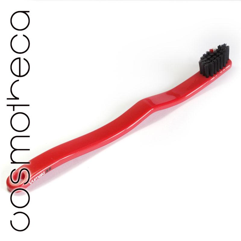 Yumaki Зубная щетка Колеса, средняя жесткостьCF5512F4Зубная щетка Yumaki Колеса средней жесткости с щетиной из нейлона и гибкой эргономичной рукояткой выполнена из биоразлагаемого сахарного тростника. Имеет яркий и стильный дизайн. Характеристики:Материал: пластик, нейлон. Длина щетки: 17,5 см. Артикул: YU0021. Размер упаковки: 2,5 см х 2,5 см х 21 см. Производитель: Япония. Товар сертифицирован.