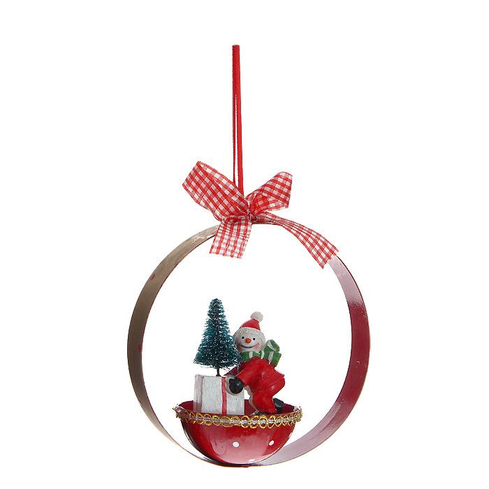 Новогоднее подвесное украшение Снеговик. 3106631066Оригинальное новогоднее украшение «Снеговик» прекрасно подойдет для праздничного декора вашего дома и новогодней ели. Украшение выполнено из металла и полирезины в виде забавного снеговика и оформлено бантиком. С помощью специальной петельки изделие можно повесить в любое понравившееся место или просто поставить на стол. Но, конечно, удачнее всего оно будет смотреться на новогодней елке.Елочная игрушка - символ Нового года. Она несет в себе волшебство и красоту праздника. Создайте в своем доме атмосферу веселья и радости, украшая новогоднюю елку нарядными игрушками, которые будут из года в год накапливать теплоту воспоминаний. Характеристики:Материал: металл, полирезина, текстиль. Диаметр украшения: 12 см. Высота фигурки снеговика: 5,5 см. Размер упаковки: 12 см х 12,5 см х 6 см. Артикул: 31066.
