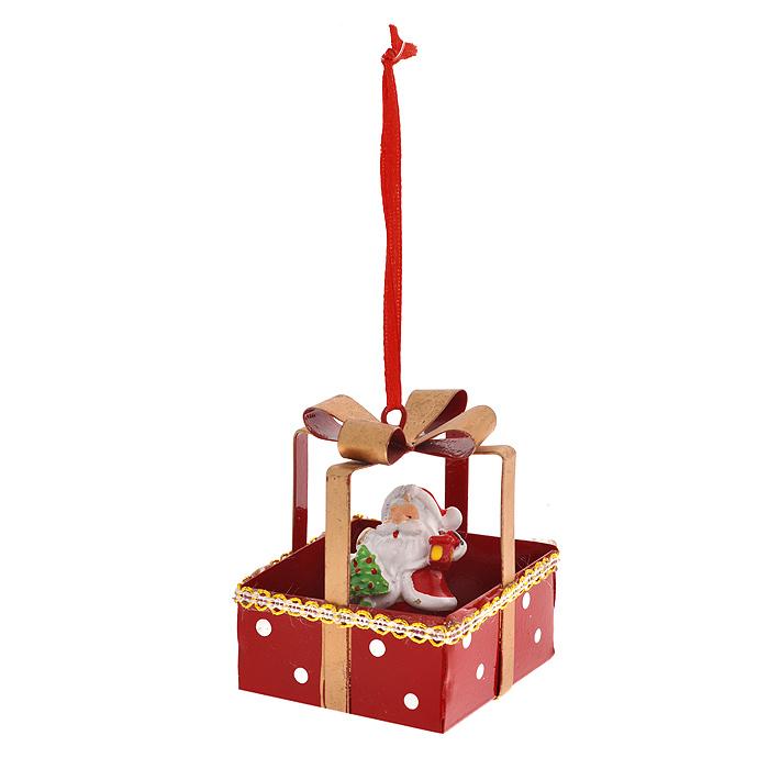 Новогоднее подвесное украшение Дед Мороз. 31069NLED-454-9W-BKИзящное новогоднее украшение Дед Мороз выполнено из полирезины и черного металла. Украшение представляет собой Деда Мороза в подарке. С помощью специальной текстильной петельки украшение можно повесить в любом понравившемся вам месте. Но, конечно, удачнее всего такая игрушка будет смотреться на праздничной елке.Новогодние украшения приносят в дом волшебство и ощущение праздника. Создайте в своем доме атмосферу веселья и радости, украшая всей семьей новогоднюю елку нарядными игрушками, которые будут из года в год накапливать теплоту воспоминаний. Характеристики:Материал: полирезина, черный металл. Цвет: красный, бежевый. Размер украшения: 5,5 см х 5,5 см х 6,5 см. Артикул: 31069.