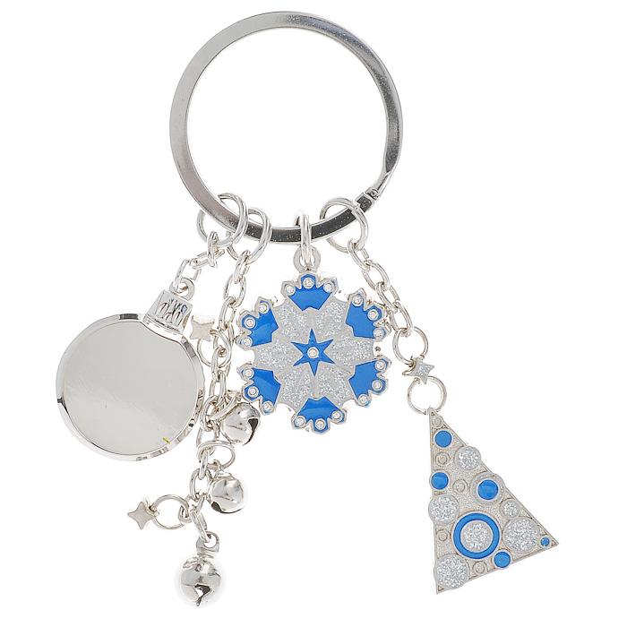 Брелок , 4 подвески, цвет: стальной, синийБрелок для ключейБрелок с 4 подвесками выполнен из серебристого металла. Подвески изготовлены в виде круглого медальона, цепочки со звенящими металлическими шариками и двух фигур, украшенных блестками. Крепится брелок при помощи прочного кольца, гарантирующего сохранность прикрепленных к брелоку ключей и самого брелока.Стильный брелок для сумочки и ключей Новогодний, упакованный в черный бархатный мешочек, станет отличным подарком. Характеристики:Материал: металл. Цвет: стальной, синий. Общая высота брелока: 9 см. Диаметр кольца: 3 см. Средний размер подвески: 2 см х 2 см. Артикул: 5698.