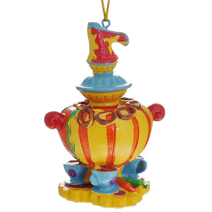 Новогоднее подвесное украшение Самовар. 3049130491Изящное новогоднее украшение Самовар выполнено из полирезины в виде самовара с чашками. С помощью специальной текстильной петельки украшение можно повесить в любом понравившемся вам месте. Но, конечно, удачнее всего такая игрушка будет смотреться на праздничной елке.Новогодние украшения приносят в дом волшебство и ощущение праздника. Создайте в своем доме атмосферу веселья и радости, украшая всей семьей новогоднюю елку нарядными игрушками, которые будут из года в год накапливать теплоту воспоминаний. Характеристики:Материал: полирезина. Размер украшения: 8 см х 5,5 см х 5 см. Артикул: 30491.