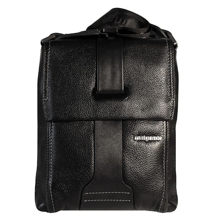 Сумка мужская Malgrado, цвет: черный. BR11-388C1836A-B86-05-CОригинальная мужская сумка Malgrado из натуральной кожи черного цвета. Сумка закрывается на застежку-молнию и клапаном на магнитную кнопку. Внутри одно отделение, вшитый карман на молнии, открытый кармашек для телефона и два кармашка для пишущих принадлежностей. Под клапаном имеется дополнительный карман на молнии. Также на внешней стороне расположен открытый карман, который закрывается на магнитную кнопку. В комплекте плечевой текстильный ремень и чехол для хранения. Характеристики:Материал: натуральная кожа, текстиль, металл. Размер сумки: 21 см х 27 см х 7 см. Цвет: черный. Артикул: BR11-388C1836 black.