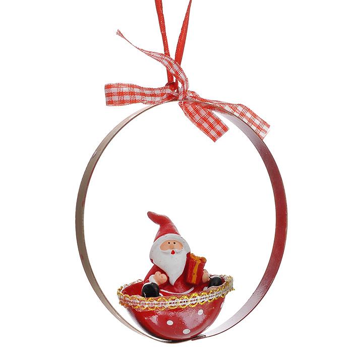 Новогоднее подвесное украшение Дед Мороз. 3106209840-20.000.00Изящное новогоднее украшение Дед Мороз выполнено из полирезины и черного металла в виде Деда Мороза в корзинке. С помощью специальной петельки украшение можно повесить в любом понравившемся вам месте. Но, конечно, удачнее всего такая игрушка будет смотреться на праздничной елке.Новогодние украшения приносят в дом волшебство и ощущение праздника. Создайте в своем доме атмосферу веселья и радости, украшая всей семьей новогоднюю елку нарядными игрушками, которые будут из года в год накапливать теплоту воспоминаний. Характеристики:Материал: полирезина, черный металл, текстиль. Цвет: красный. Размер украшения: 11 см х 9 см х 5 см. Артикул: 31062.