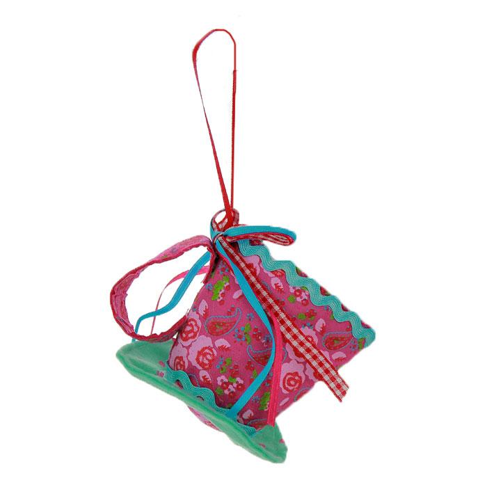 Новогоднее подвесное украшение Чашка, цвет: бирюзовый, розовый. 2537138423Оригинальное новогоднее украшение выполнено из текстиля в виде чашки, украшенной бантиком. С помощью специальной петельки украшение можно повесить в любом понравившемся вам месте. Но, конечно же, удачнее всего такая игрушка будет смотреться на праздничной елке.Новогодние украшения приносят в дом волшебство и ощущение праздника. Создайте в своем доме атмосферу веселья и радости, украшая всей семьей новогоднюю елку нарядными игрушками, которые будут из года в год накапливать теплоту воспоминаний. Коллекция декоративных украшений из серии Magic Timeпринесет в ваш дом ни с чем несравнимое ощущение волшебства! Характеристики:Материал: полиэстер. Цвет: бирюзовый, розовый. Размер украшения: 8,5 см х 8,5 см х 7 см. Артикул: 25371.