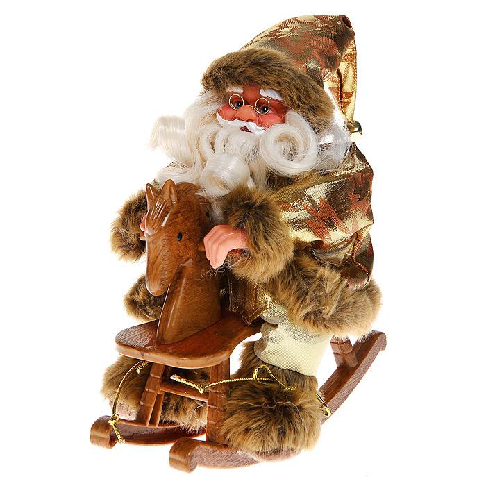 Новогодняя декоративная фигурка Санта, 24 см. 3102325051 7_зеленыйНовогодняя декоративная фигурка выполнена из пластика в виде Санта Клауса, сидящего на деревянной лошадке. Санта одет в золотистые брюки и парчовую шубу с опушкой. На голове - колпак с мехом и бубенчиком на конце. На ногах у Санты пушистые ботиночки. Его добрый вид и очаровательная густая, белая борода притягивают к себе восторженные взгляды. Декоративная фигурка Санта подойдет для оформления новогоднего интерьера и принесет с собой атмосферу радости и веселья. Коллекция декоративных украшений из серии «Magic Time» принесет в ваш дом ни с чем не сравнимое ощущение волшебства!Новогодние украшения всегда несут в себе волшебство и красоту праздника. Создайте в своем доме атмосферу тепла, веселья и радости, украшая его всей семьей. Характеристики: Материал: пластик, текстиль, дерево. Размер фигурки: 20 см х 12 см х 24 см. Размер упаковки: 21 см х 12,5 см х 24 см. Артикул: 31023.