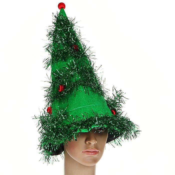 """Маскарадная шляпа """"Елка"""", выполненная из полиэстера зеленого цвета, оформлена мишурой и красными шариками. В такой шляпе вы будете выглядеть просто великолепно, как настоящая новогодняя елочка. Если у вас намечается веселая вечеринка или маскарад, то такая шляпа легко поможет создать праздничный наряд. Внесите нотку задора и веселья в ваш праздник. Веселое настроение и масса положительных эмоций вам будут обеспечены!"""