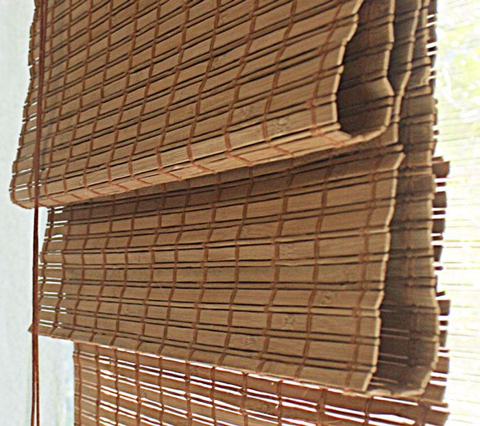 Римская штора Эскар, бамбуковая, цвет: какао, ширина 160 см, высота 160 см9162 080/10 w2040Римская штора Эскар, выполненная из натурального бамбука, является оригинальным современным аксессуаром для создания необычного интерьера в восточном или минималистичном стиле. Римская бамбуковая штора, как и тканевая римская штора, при поднятии образует крупные складки, которые прекрасно декорируют окно. Особенность устройства полотна позволяет свободно пропускать дневной свет, что обеспечивает мягкое освещение комнаты. Римская штора из натурального влагоустойчивого материала легко вписывается в любой интерьер, хорошо сочетается с различной мебелью и элементами отделки. Использование бамбукового полотна придает помещению необычный вид и визуально расширяет пространство. Бамбуковые шторы требуют только сухого ухода: пылесосом, щеткой, веником или влажной (но не мокрой!) губкой. Комплект для монтажа прилагается.