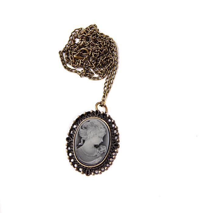 Часы-медальон Камея. Металл, часовой механизм, резьба по пластику. Конец XX векаBM8434-58AEЧасы-медальон Камея. Металл, часовой механизм, резьба по пластику. Западная Европа, конец XX века. Длина цепочки 78 см. Размеры медальона 3,5 х 2,5 см. Сохранность хорошая. Оригинальные часы-медальон Камея - стильный аксессуар с элементом функциональности. Корпус цвета античного золота выполнен из металлического сплава в виде женского образа. Под камеей располагаются кварцевые часики с овальным циферблатом и тремя стрелками. Кулон-часы крепится на цепочку с карабиновой застежкой. Этот яркий и необычный аксессуар, несомненно, привлечет внимание и добавит вашему образу загадочности и индивидуальности.