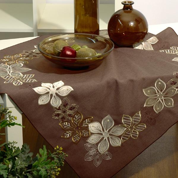 Скатерть Schaefer, квадратная, цвет: шоколадный, 85x 85 см. 07102-100VT-1520(SR)Скатерть Schaefer выполнена из высококачественного полиэстера шоколадного цвета и декорирована серебристо-золотистой вышивкой в виде цветов.Изделия из полиэстера легко стирать: они не мнутся, не садятся и быстро сохнут, они более долговечны, чем изделия из натуральных волокон. Вы можете использовать скатерть для декорирования стола, комода, журнального столика. В любом случае она добавит в ваш дом стиля, изысканности и неповторимости. Идеальный вариант для новогоднего подарка вашим друзьям и близким. Характеристики:Материал: 100% полиэстер. Цвет: шоколадный. Размер скатерти: 85 см х 85 см. Артикул: 07102-100. Немецкая компания Schaefer создана в 1921 году. На протяжении всего времени существования она создает уникальные коллекции домашнего текстиля для гостиных, спален, кухонь и ванных комнат. Дизайнерские идеи немецких художников компании Schaefer воплощаются в текстильных изделиях, которые сделают ваш дом красивее и уютнее и не останутся незамеченными вашими гостями. Дарите себе и близким красоту каждый день!