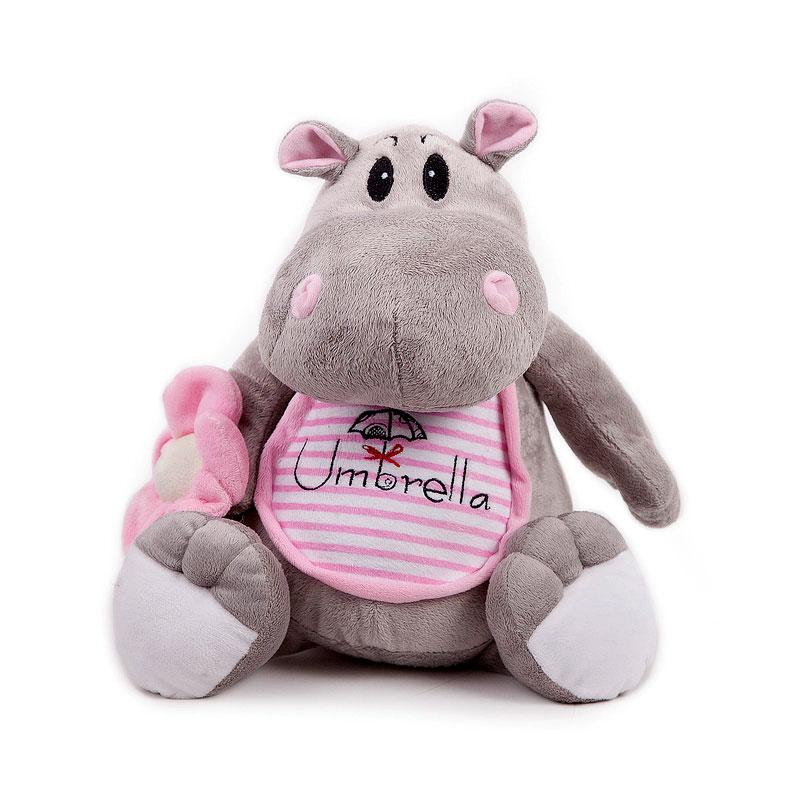 """Симпатичная мягкая игрушка """"Бегемотик с зонтиком"""" в розовом передничке, выполненная из искусственного меха и трикотажа, не оставит равнодушным ни ребенка, ни взрослого и вызовет улыбку у каждого, кто ее увидит. Необычайно мягкая, она принесет радость и подарит своему обладателю мгновения нежных объятий и приятных воспоминаний. Оригинальный дизайн, европейский стиль и великолепное качество исполнения делают эту игрушку чудесным подарком к любому празднику, а жизнерадостный образ представит такой подарок в самом лучшем свете."""