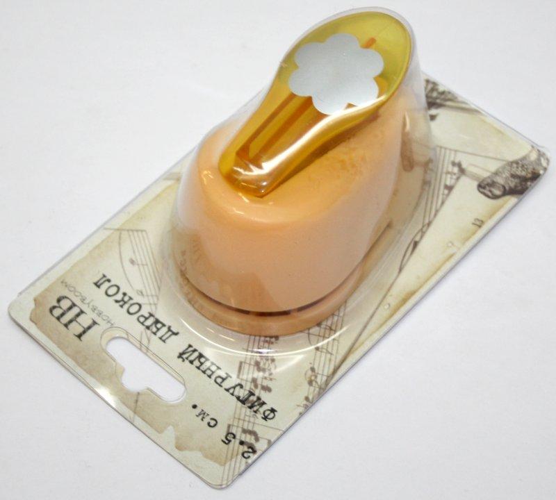 Дырокол фигурный Hobbyboom Цветок, №3, цвет: желтый, 2,5 смFS-36052Дырокол фигурный Hobbyboom Цветок, выполненный из прочного пластика и металла, используется в скрапбукинге для украшения открыток, карточек, коробочек и прочего.Применяется для прорезания фигурных отверстий в бумаге в форме цветов. Вырезанный элемент также можно использовать для украшения.Предназначен для бумаги плотностью от 80 до 200 г/м2. При применении на бумаге большей плотности или на картоне, дырокол быстро затупится. Чтобы заточить нож компостера, нужно прокомпостировать самую тонкую наждачку. Размер дырокола: 5 см х 8 см х 5,5 см.Диаметр готовой фигурки: 2,5 см.