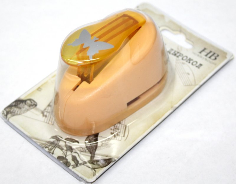 Дырокол фигурный Hobbyboom Бабочка, №31, цвет: оранжевый, 2,5 см х 1,7 смFS-00264Фигурный дырокол Hobbyboom Бабочка, изготовленный из пластика и металла, предназначен для создания творческих работ в технике скрапбукинг. С его помощью можно оригинально оформить открытки, украсить подарочные коробки, конверты, фотоальбомы. Дырокол вырезает из бумаги идеально ровные фигурки в виде бабочек, также используется для прорезания фигурных отверстий в бумаге. Предназначен для бумаги определенной плотности - до 200 г/м2. При применении на бумаге большей плотности или на картоне дырокол быстро затупится. Чтобы заточить нож компостера, нужно прокомпостировать самую тонкую наждачку. Порядок работы: вставьте лист бумаги или картона в дырокол и надавите рычаг. Размер вырезаемой части: 2,5 см х 1,7 см.