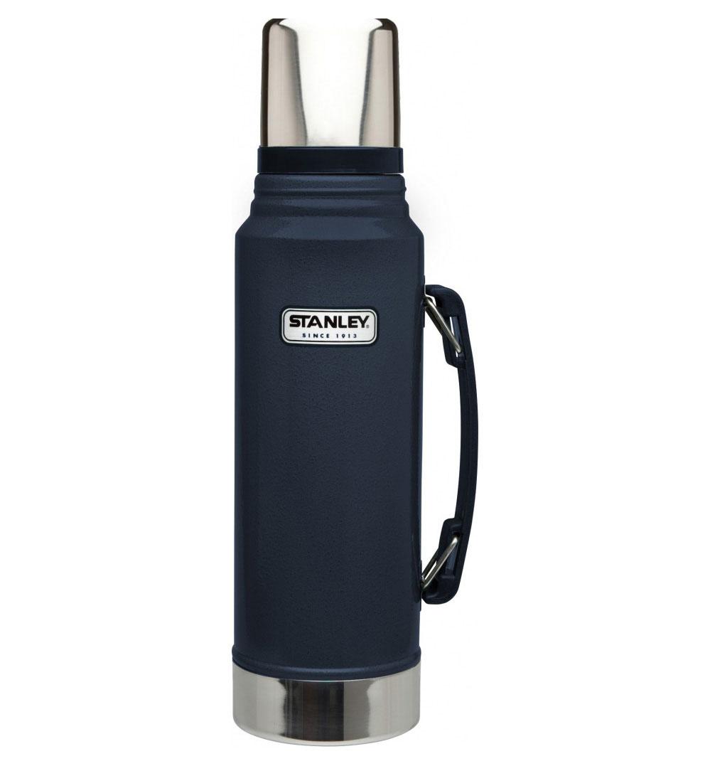 Термос Stanley Classic Vacuum Flask, с узким горлом, цвет: темно-синий, 1 лAS009Термос Stanley Classic Vacuum Flask с узким горлышком прекрасно подойдет для транспортировки напитков или супов. Он будет незаменим во время путешествий, поездок на пикник или на дачу. Особенности термоса Stanley Classic Vacuum Flask:- наружное покрытие - абразивостойкая эмаль; - корпус и внутренняя колба выполнены из нержавеющей стали; - сохранение температуры за счет двойных стенок; - вакуумная изоляция; - герметичность; - крышка-термостакан объемом 236 мл; - слив через поворотную колбу; - прочная пластиковая ручка;Удержание тепла и холода 24 часа.Размер термоса: 9,5 см х 9,5 см х 35,5 см.Гарантийный срок 5 лет. Возврат товара возможен только через сервисный центр.