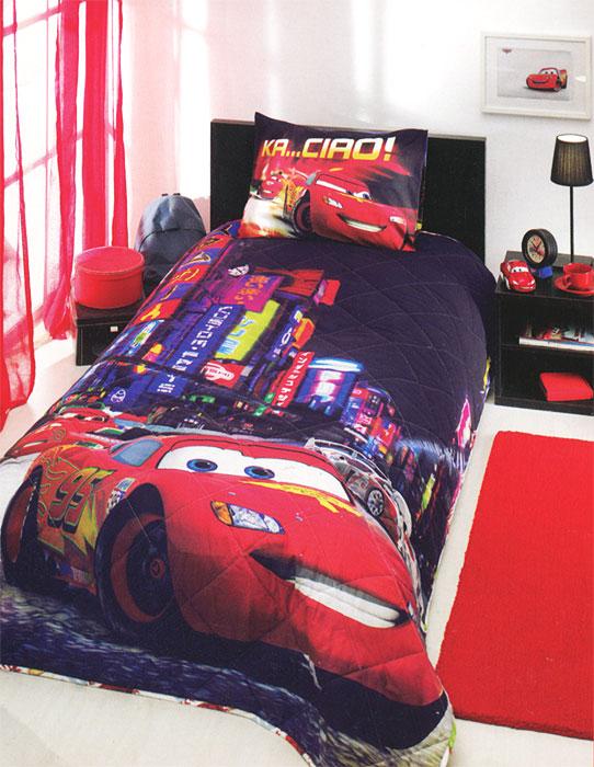 Комплект для спальни детский Disney Cars 2 Movie: покрывало 180 х 240 см, наволочка 50 х 70 см, цвет: мультиколор531-105Детский комплект для спальни Disney Cars 2 Movie выполнен из ранфорса, и украшен яркими рисунками. Комплект состоит из стеганого покрывала с наполнителем из полиэфира и наволочки. Покрывало с наполнителем обладает мягкостью и приятно согревает.Яркий и запоминающийся дизайн комплекта не оставит равнодушным юного любителя анимационного фильма Тачки: покрывало и наволочка украшены красочными рисунками машины из данного фильма на фоне ночного города. Любимые персонажи создадут атмосферу уюта для ребенка. Комплект упакован в пластиковую сумку-чехол на застежке-молнии, а специальная пластиковая ручка делает чехол удобным для переноски.Ранфорс - плотная, в тоже время мягкая натуральная хлопковая ткань. Идеально поддерживает естественный температурный баланс тела. Легко впитывает влагу (до 20% своего веса), оставаясь при этом сухой на ощупь. Важным преимуществом также является тот факт, что ткань не накапливает статического электричества. Этот материал легко отстирывается и легко выглаживается. В процессе эксплуатации полотно долго не теряет свой изначальный внешний вид. Характеристики: Материал верха: ранфорс (100% хлопок). Наполнитель покрывала: 100% полиэфир. Плотность: 430 г/м2. Размер упаковки: 40 см х 25 см х 20 см. Артикул:7015B-8800003867. В комплект входят: Покрывало - 1 шт. Размер: 180 см х 240 см. Наволочка - 1 шт. Размер: 50 см х 70 см.