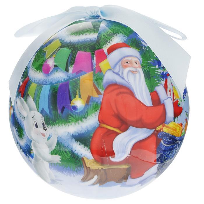 Елочное украшение Шар. Новогодний, диаметр 10 см. 2025220252Оригинальное подвесное украшение Шар. Новогодний прекрасно подойдет для праздничного декора дома и новогодней ели. Шар, выполненный из пластмассы, оформлен красочным изображением Деда мороза, раздающего зверятам подарки. Благодаря плотному корпусу изделие никогда не разобьется, поэтому вы можете быть уверены, что оно прослужит вам долгие годы. С помощью атласной ленточки голубого цвета украшение можно повесить на новогоднюю елку. Елочная игрушка - символ Нового года. Она несет в себе волшебство и красоту праздника. Создайте в своем доме атмосферу веселья и радости, украшая новогоднюю елку нарядными игрушками, которые будут из года в год накапливать теплоту воспоминаний. Характеристики:Материал: пластмасса (вспененный полистирол), текстиль. Диаметр шара: 10 см. Размер упаковки: 11 см х 11 см х 14,5 см. Производитель: Россия. Изготовитель: Китай. Артикул: 20252.