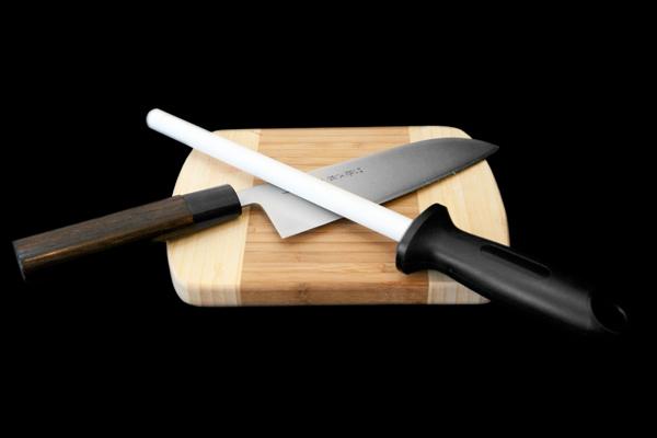 Мусат керамический Hatamoto, 20 см54 009312Мусат для ножей Hatamoto изготовлен из циркониевой керамики. У профессионалов мусат пользуется большим уважением и спросом. Опытные повара правят ножи по принципу нож об нож, выправляя завернувшуюся или притупившуюся режущую кромку одного ножа об одно из ребер другого. Мусат же является неким собранием таких ребер на одном прутке. Такой мусат Hatamoto будет долгожданным дополнением к любой кухне. Характеристики: Материал: керамика циркониевая, пластик. Размер прутка: 20 см х 1,5 см х 1,5 см. Размер ручки: 12 см х 3 см х 2,5 см. Размер упаковки: 38 см х 11,5 см х 3,5 см.