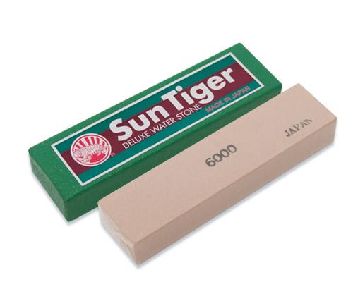 Камень точильный Tojiro Sun Tiger, водный, финишный, #600068/5/2Точильный камень Tojiro Sun Tiger предназначен для заточки кухонных ножей. Камень имеет мелкозернистую поверхность, которая подходит для окончательной заточки и полировки лезвия. Перед использованием камень необходимо замочить в воде на 3-5 минут. Характеристики:Материал: абразивные материалы. Размер камня: 10,5 см х 2,5 см х 1,5 см. Зернистость: # 6000. Размер упаковки: 11 см х 3 см х 2 см. Артикул: SWP-060.