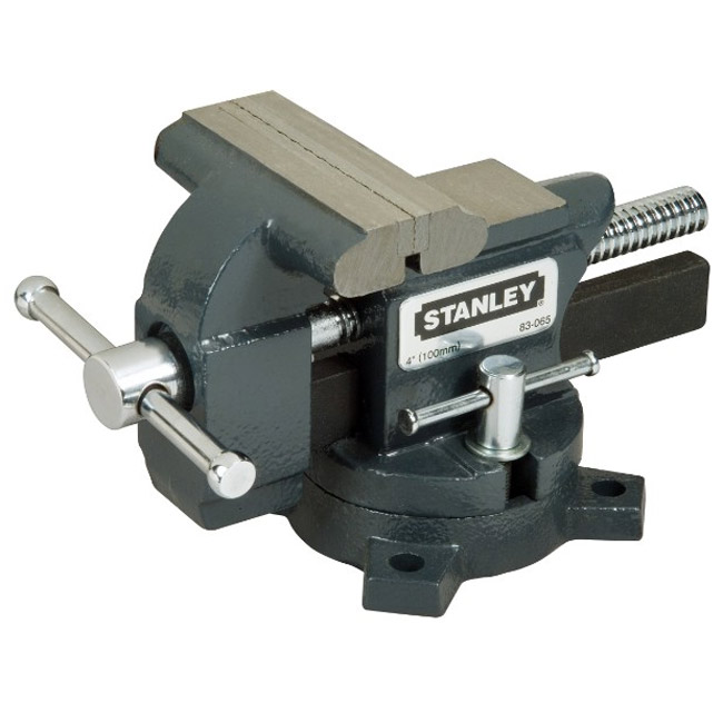Тиски Stanley MaxSteel для небольшой нагрузки, усилие стяжки: 110 кг. 1-83-0651-83-065Тиски Stanley MaxSteel для небольшой нагрузки. Прочная чугунная конструкция. Накатанная резьба винтов обеспечивает плавную работу и продолжительный срок службы. Основание закрепляется болтами к верстаку для обеспечения стабильности. Поворотное основание с фиксацией для универсальности. Хромовое покрытие рукояток для сопротивления коррозии. Характеристики: Материал: металл. Глубина: 8,5 см. Максимальный размер раскрытия при сжатии:10 см. Усилие стяжки:110 кг. Размер упаковки:23 см х 12 см х 14 см.