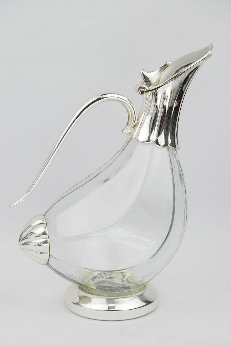 Кувшин Marquis УткаVT-1520(SR)Кувшин Marquis Утка выполнен из стекла и стали с серебряно-никелевым покрытием. Кувшин изготовлен в виде утки. Стальная подставка обеспечивает устойчивость, а удобная крышка позволяет легко налить напиток. Выполненный под старину, такой кувшин придется по вкусу и ценителям классики, и тем, кто предпочитает утонченность и изысканность.Сервировка праздничного стола кувшином Marquis Утка станет великолепным украшением любого торжества. Характеристики:Материал: сталь, серебряно-никелевое покрытие, стекло. Размер кувшина (Д х Ш х В): 18 см х 11 см х 25 см. Размер упаковки: 30 см x 19,5 см x 13,5 см. Артикул: 1066-MR.