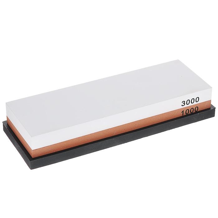Камень точильный Hatamoto, комбинированный, # 1000/3000115510Комбинированный точильный камень Hatamoto предназначен для заточки кухонных ножей. Камень имеет два типа поверхности: средней зернистости (#1000) для основной заточки и мелкой зернистости (#3000) для окончательной заточки и полировки лезвия. Перед использованием камень необходимо замочить в воде на 3-5 минут. Точильный камень расположен на антискользящей силиконовой подставке. Характеристики:Материал: абразивные материалы, силикон. Размер камня: 18 см х 6 см х 2,5 см. Зернистость: # 1000/3000. Размер подставки: 6,5 см х 18,5 см х 1 см. Размер упаковки: 7 см х 19 см х 4 см. Артикул: HS0961.