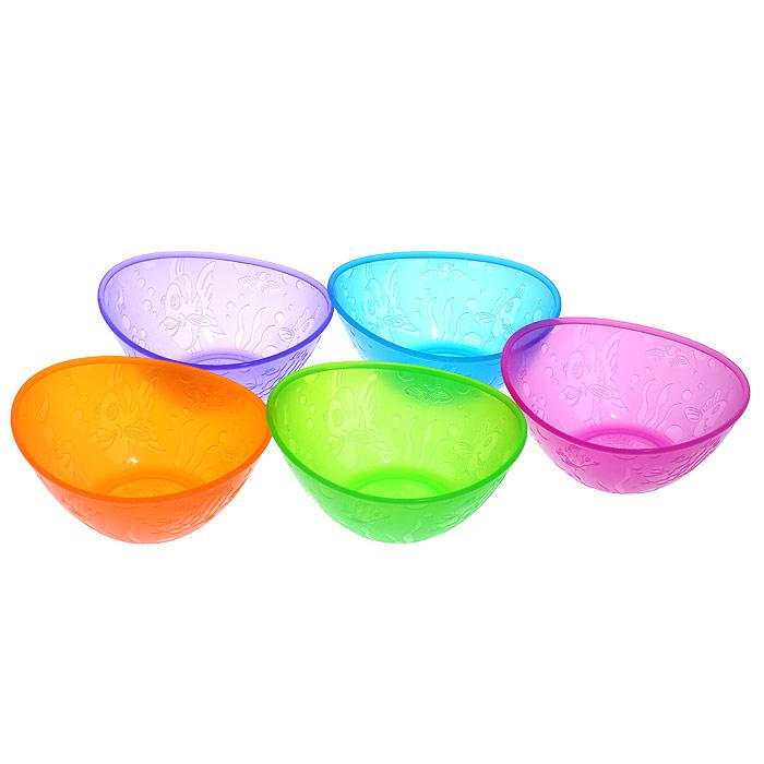 Набор детских мисок Munchkin, 5 шт11388Яркие миски из набора Munchkin прекрасно подойдут для кормления малыша и самостоятельного приема им пищи. Миски выполнены из прочного безопасного пластика насыщенных цветов, не содержащего бисфенол А и фталаты, и оформлены рельефными дизайнерскими рисунками в виде рыб. В наборе миски зеленого, лилового, оранжевого, синего и фиолетового цветов. Миска подходит для использования в микроволновой печи. Можно мыть на верхней полке в посудомоечной машине. Кредо Munchkin, американской компании с 20-летней историей: избавить мир от надоевших и прозаических товаров, искать умные инновационные решения, которые превращает обыденные задачи в опыт, приносящий удовольствие. Понимая, что наибольшее значение в быту имеют именно мелочи, компания создает уникальные товары, которые помогают поддерживать порядок, организовывать пространство, облегчают уход за детьми - недаром компания имеет уже более 140 патентов и изобретений, используемых в создании ее неповторимой и оригинальной продукции. Munchkin делает жизнь родителей легче! Характеристики:Рекомендуемый возраст:от 6 месяцев. Размер миски (ДхШхВ): 13 см х 13 см х 5 см. Размер упаковки (ДхШхВ): 13 см х 7 см х 18 см. Изготовитель:Китай.