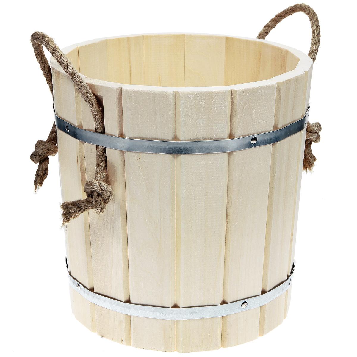 Запарник Банные штучки, с веревочными ручками, 15 л33400Запарник Банные штучки, изготовленный из дерева (липы), доставит вам настоящее удовольствие от банной процедуры. При запаривании веник обретает свою природную силу и сохраняет полезные свойства. Корпус запарника состоит из металлических обручей, стянутых клепками. Для более удобного использования запарник имеет веревочные ручки. Интересная штука - баня. Место, где одинаково хорошо и в компании, и в одиночестве. Перекресток, казалось бы, разных направлений - общение и здоровье. Приятное и полезное. И всегда в позитиве. Характеристики:Материал: дерево (липа), металл. Высота запарника: 32 см. Диаметр запарника по верхнему краю: 31 см. Объем: 15 л. Артикул: 32017.