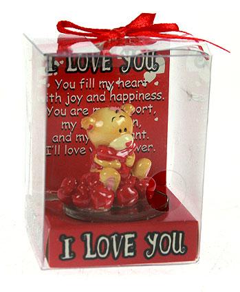 Фигурка декоративная Мишка-валентинка, цвет: красный. 12342994004Декоративная фигурка Мишка-валентинка выполнена из полистоуна и стекла в виде забавного медвежонка бежевого цвета держащий в лапках красное сердечко и сидящий на сердечках. Фигурка упакована в пластиковую коробочку с красным бантиком на верху.Эта очаровательная фигурка послужит отличным функциональным подарком, а также подарит приятные мгновения и окунет вас в лучшие воспоминания. Характеристики:Материал: полистоун, стекло. Размер фигурки: 4 см х 4,5 см х 4,5 см. Цвет: красный. Артикул: 123429.