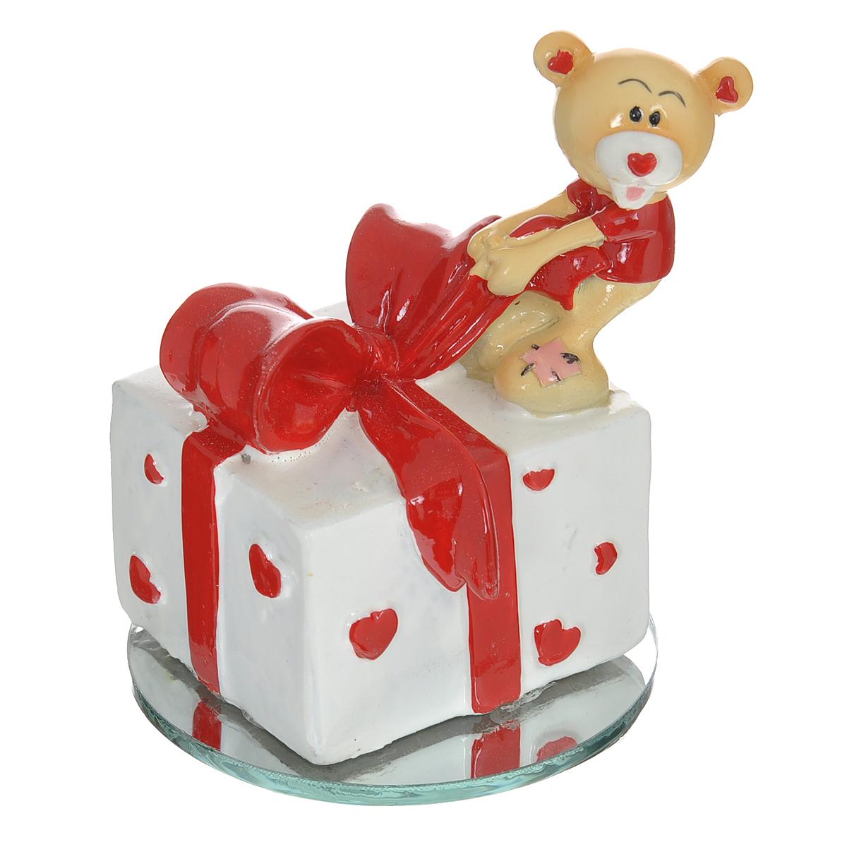 Фигурка декоративная Мишка-валентинка. 123435RG-D31SДекоративная фигурка Мишка-валентинка изготовлена из полистоуна в виде милого медвежонка, открывающего подарок. Фигурка расположена на круглой зеркальной подставке. Такая фигурка станет идеальным сувениром ко Дню Святого Валентина, она без лишних слов выразит все ваши чувства. Фигурка упакована в подарочную коробку, перевязанную красной атласной лентой. Характеристики: Материал: полистоун, стекло. Цвет: бежевый, красный, белый. Диаметр основания: 6,5 см. Высота фигурки: 8 см. Размер упаковки: 9,5 см х 9 см х 11 см. Артикул: 123435.